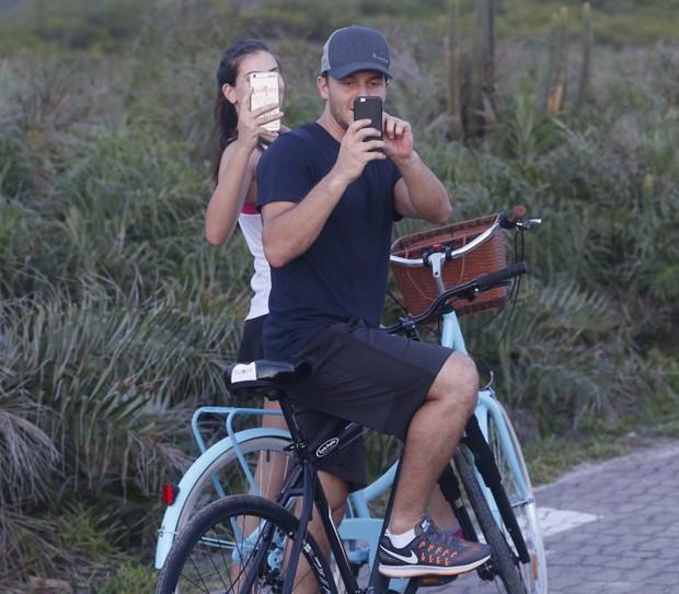 Camila Queiroz e Klebber Toledo 'se vigam' de fotógrafos