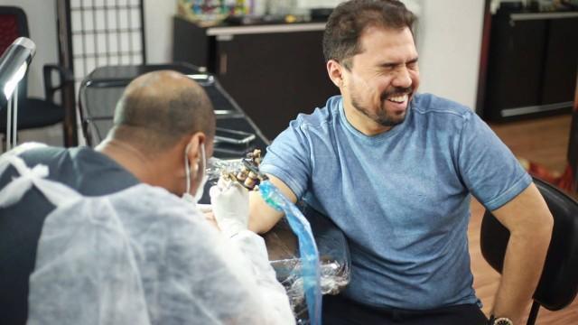 Xandy muda nome artístico e tatua nova marca no braço