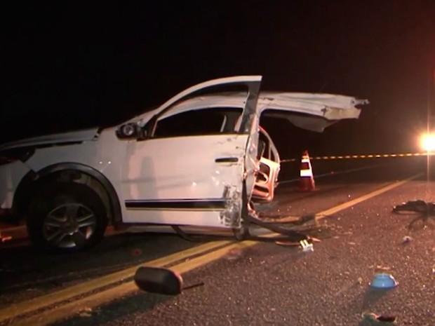 Carro foi partido ao meio com a colisão (Crédito: Reprodução)