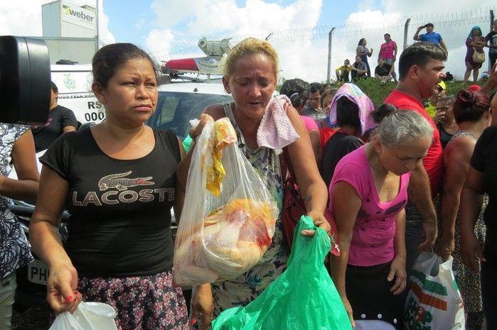 Familiares de presos aguardavam em barreira com alimentos