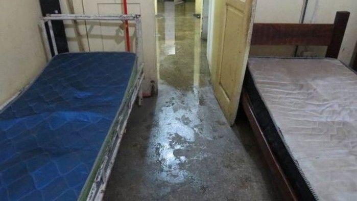 Cômodo usado por funcionários foi alagado e colchões estão sujos e velhos