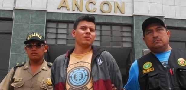 Giancarlo (centro) ficou preso no lugar de seu irmão gêmeo Alexander