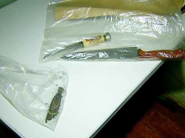 Facas usadas no crime e pulseira encontrada junto ao corpo foram apreendidas