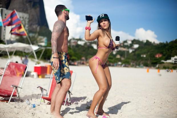 Mulher Melão na praia  (Crédito: Ego)