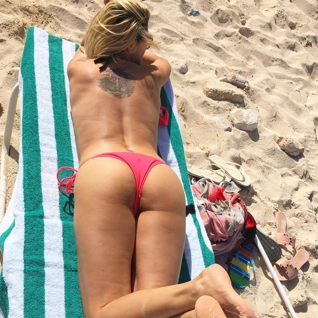 Antônia Fontenelle faz topless nas Bahamas e exibe bumbum impecavél (Crédito: reprodução)
