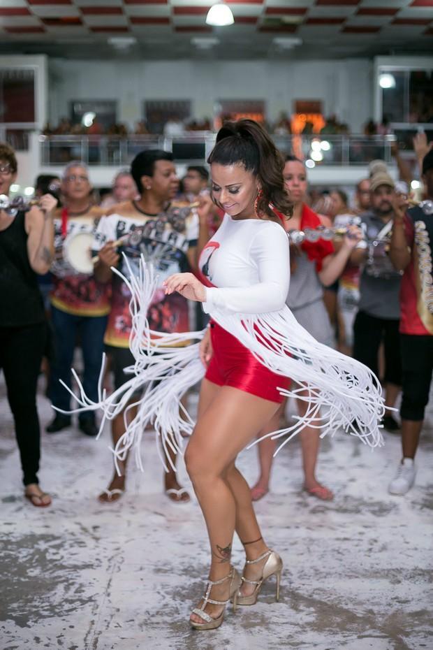 Viviane Araújo mostra pernas torneadas durante ensaio do Salgueiro (Crédito: reprodução)