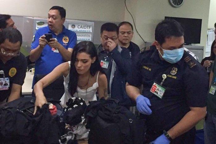 Yasmin no momento em que teve sua bagagem revistada pela imigração das Filipinas (Crédito: Reprodução)