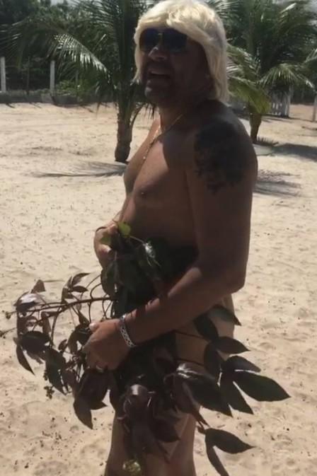 De férias Tiririca posta vídeo pelado na praia e bomba na internet