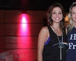 Fernanda Gentil e namorada vão à espetáculo no Rio de Janeiro