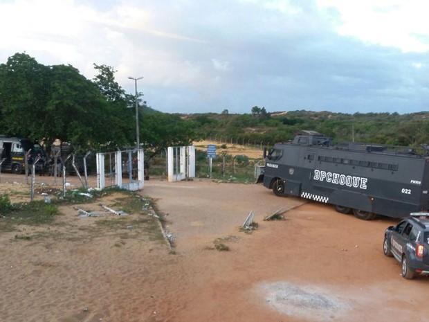 Blindado da Tropa de Choque da PM entra na Penitenciária Estadual de Alcaçuz