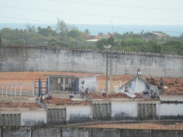 Presos amanheceram  telhado de pavilhões