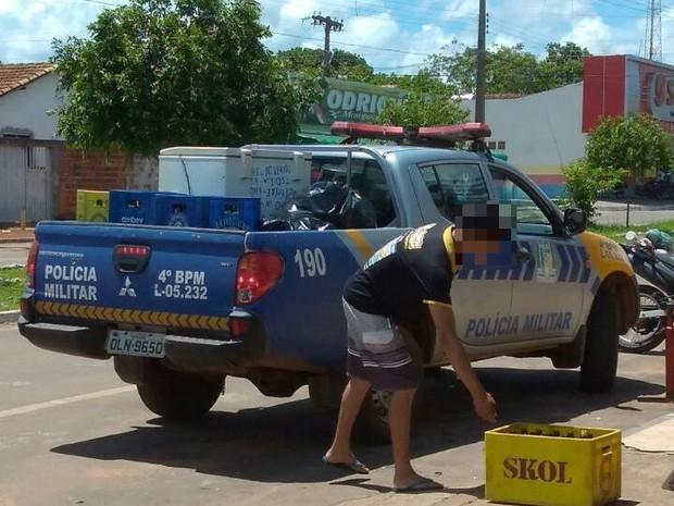 Caminhonete da PM é flagrada com caixas de cerveja em carroceria (Crédito: Reprodução)
