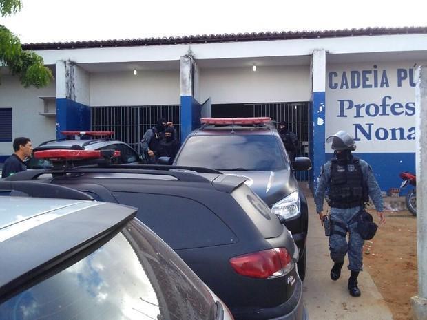 Policiais em frente ao presídio Raimundo Nonato, no Rio Grande do Norte, onde ocorreu rebelião