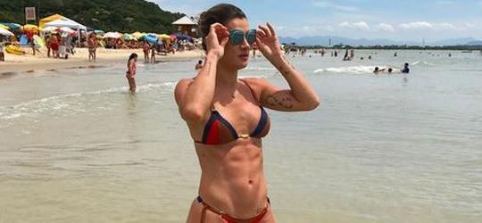 Mirella Santos exibe abdômen trincado em praia de Floripa