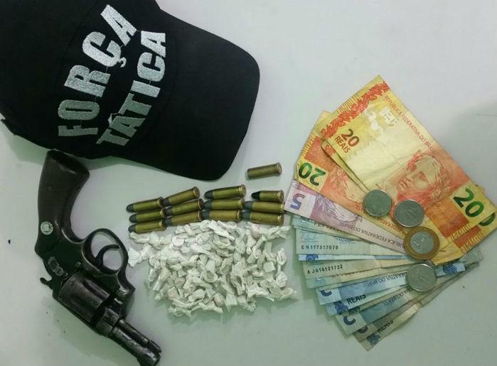 Arma e drogas apreendidos com Gleyson Palmeira Sousa Miranda (Crédito: Divulgação)