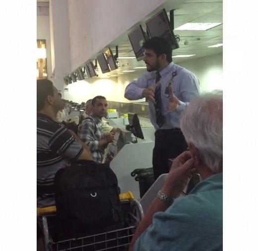 Funcionário tenta acalmar passageiros após transtorno (Crédito: Portal MN)