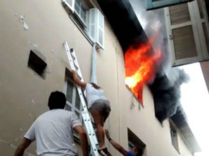 Eletricista salva meninas de apartamento pegando fogo