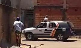 Moradores expulsam policiais a pedradas após apreensão de menor