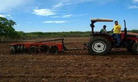 Prefeitura começa aração de terras para produtores rurais