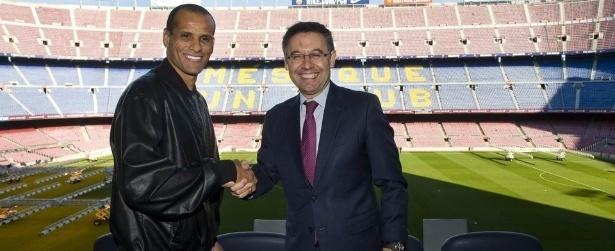 """Aos 44 anos, Rivaldo é """"contratado"""" pelo Barcelona"""