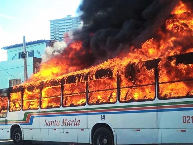 Três ônibus e um carro do governo são queimados em Natal (Crédito: Divulgação)