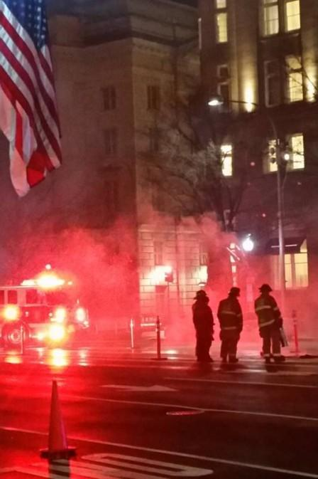 Os bombeiros na porta do hotel Trump