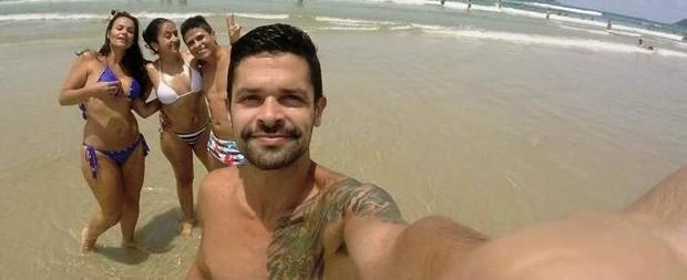 Jovem encontra câmera perdida e posta selfie para achar o dono