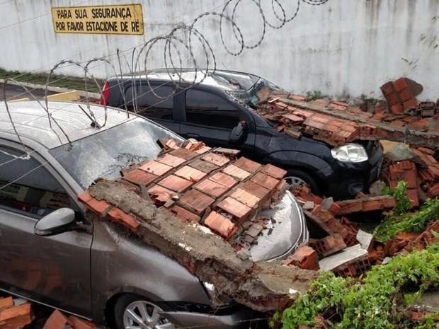 Muro de prédio cai e atinge 11 veículos no Maranhão (Crédito:  TV Mirante)
