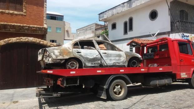 Carro carbonizado onde teria sido encontrado o corpo da cantora (Crédito: Ego)