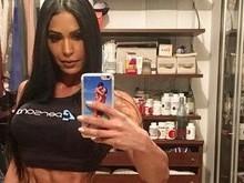 Gracyanne Barbosa usa microcalcinha e exibe seu corpão musculoso