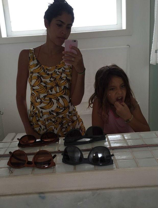Filha de Bela Gil escova o dente com argila (Crédito: Reprodução)