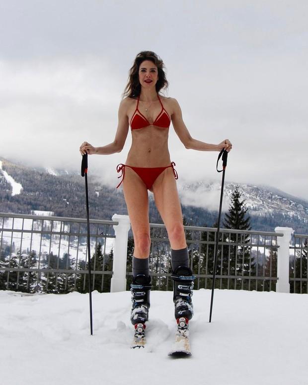 Luciana Gimenez choca com foto usando biquíni na neve em Aspen