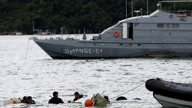 Marinha retira do mar o avião que caiu com o ministro Teori Zavascki