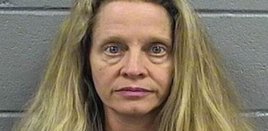Mulher é condenada por fazer sexo em cemitério com adolescente