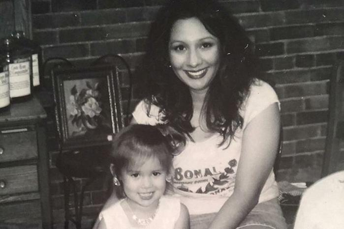 Mãe vê suposto espírito de filha morta em foto postado pelo filho
