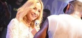 Claudia Leitte vai até o chão em show de Léo Santana