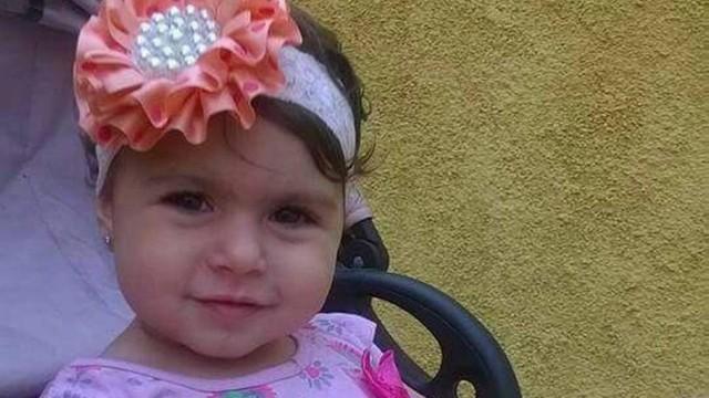 Criança morre atingida por bala perdida enquanto brincava em parque