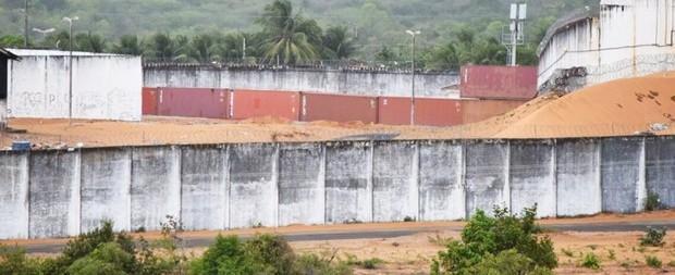 'Muro' que separa facções tem 1ª fileira de contêineres pronta