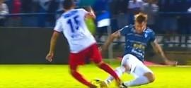 Jogador de futebol quebra perna de maneira inacreditável; vídeo
