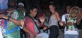 Paolla Oliveira vai ao ensaio da Grande Rio e cai no samba