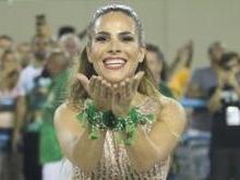Wanessa brilha com look dourado em ensaio técnico de carnaval
