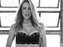 """Luana Piovani posa sensual  só de lingerie e botas: """"Eu posso"""""""