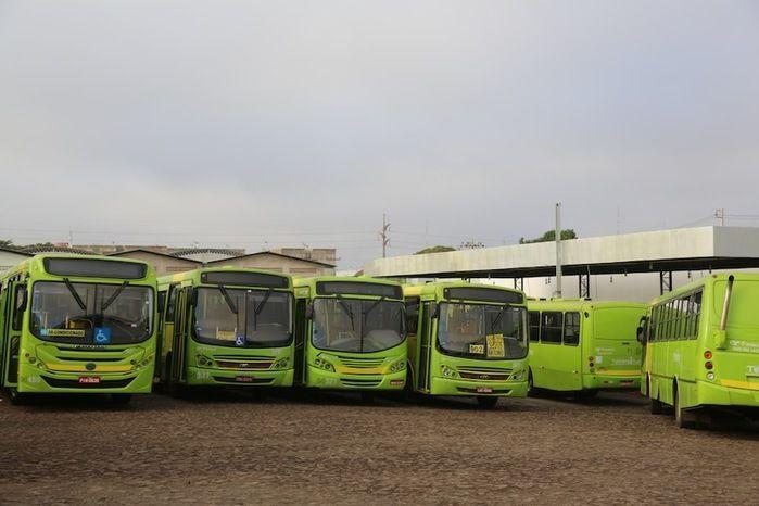 Motoristas e cobradores atrasam saída de ônibus em protesto