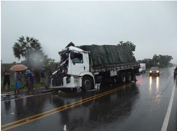 caminhão ficou parcialmente destruído (Crédito: Reprodução)