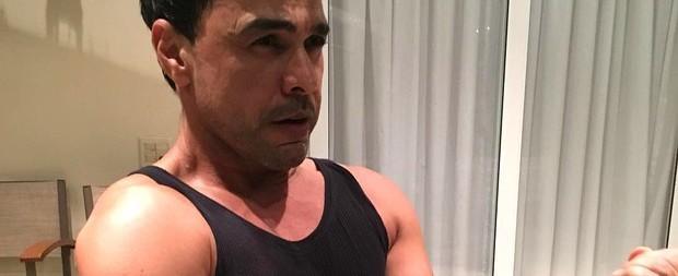 Aos 54 anos, Zezé Di Camargo exibe braços musculosos e leva elogios
