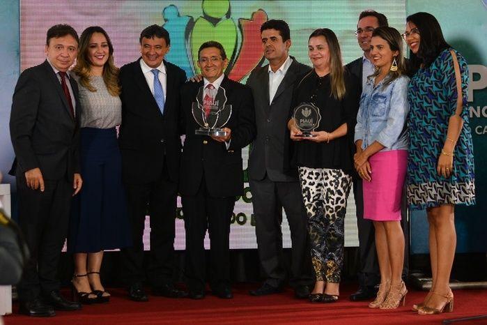 Governador entregou o prêmio para o grande vencedor (Crédito: Gabriel Paulino)
