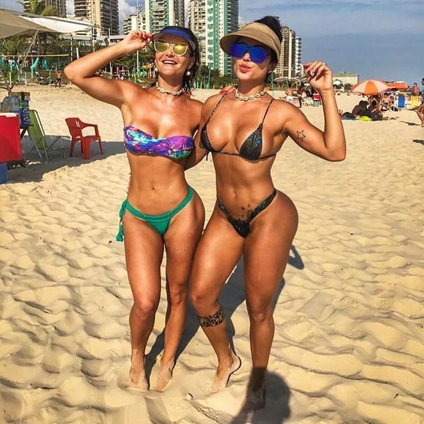 Laura Keller ao lado da amiga Camyla Gomes