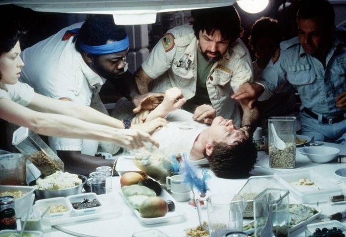 O personagem Kane, de John Hurt (centro), é socorrido pelos colegas em 'Alien, o oitavo passageiro' (Crédito: Reprodução)