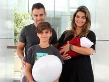 Kelly Key deixa a maternidade com o 3º filho, Artur, nos braços