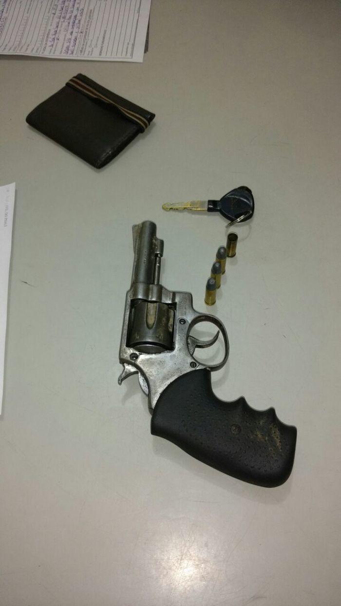 Arma apreendia com os suspeitos